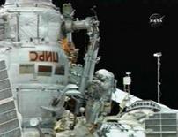 <p>Cosmonautas fazem saída arriscada ao espaço para consertar Soyuz. Imagem de vídeo mostra o engenheiro de vôo Oleg Kononenko durante reparo. Dois cosmonautas da Estação Espacial Internacional (ISS) saíram ao espaço para retirar um parafuso explosivo da cápsula Soyuz. 10 de julho. Photo by Nasa Tv</p>