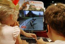 <p>Alcuni bimbi giocano ad un videogame REUTERS/Arnd Wiegmann</p>
