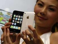 <p>Modelos exhiben el nuevo iPhone en un evento promocional en Hong Kong, 11 jul 2007. El nuevo modelo del iPhone de Apple tuvó el viernes un deslumbrante debut cuando frenéticos compradores se agolparon en las tiendas de Nueva Zelanda y Japón para adquirir el nuevo aparato de alta tecnología. El nuevo iPhone -un teléfono celular con reproductor musical y conexión a internet- es una versión mejorada del original, que vendió 270.000 unidades en sólo unos días cuando se lanzó en junio del 2007. Photo by Bobby Yip/Reuters</p>