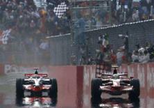 <p>Il pilota Ferrari Felipe Massa (a destra) taglia il traguardo seguito da Lewis Hamilton alla guida della McLaren nel Gran Premio in Turchia dell'11 maggio 2008. REUTERS/Osman Orsal (Turchia)</p>