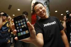 <p>Primeiro comprador do iPhone 3G em Hong Kong exibe aparelho nesta sexta-feira. O lançamento do produto em mais de 20 países atraiu hordas de fãs a lojas da Apple. Photo by Bobby Yip</p>