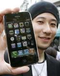 <p>Taichiro Nakamura posa con su nuevo teléfono iPhone 3G de Apple que compró en Tokio, 11 jul 2008. El nuevo modelo del iPhone de Apple tuvo el viernes un deslumbrante debut cuando frenéticos compradores se agolparon en las tiendas de Asia y hacían colas en Europa para adquirir el nuevo aparato de alta tecnología. El nuevo iPhone -un teléfono celular con reproductor musical y conexión a internet- es una versión mejorada del original, que vendió 270.000 unidades en sólo unos días cuando se lanzó en junio del 2007. Photo by Toru Hanai/Reuters</p>