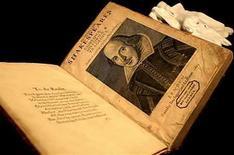 <p>La primera edición numerada de las escrituras de Shakespeare, publicada en 1623, es exhibida en Londres (foto de archivo), 30 mar 2006. La policía británica interroga a un hombre sobre una valiosa colección de trabajos de William Shakespeare que fue robada hace 10 años de la Universidad de Durham. La primera edición numerada de las escrituras de Shakespeare, publicada en 1623 y que la policía estima en un valor de 15 millones de libras esterlinas, estaba entre los ítemes robados de la biblioteca de la institución en diciembre de 1998. Photo by (C) DYLAN MARTINEZ / REUTERS/Reuters</p>