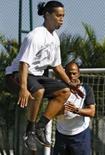 <p>Ronaldinho treina em dois períodos para ir a Pequim. Ronaldinho Gaúcho está treinando em dois períodos diários com o preparador da seleção brasileira, Paulo Paixão, em Porto Alegre, para recuperar a forma visando os Jogos Olímpicos de Pequim. 11 de julho. Photo by Reuters (Handout)</p>