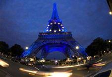 <p>La torre Eiffel addobbata con le stelle dell'Unione europea per marcare il turno della presidenza francese della Ue. REUTERS/Mal Langsdon (FRANCE)</p>