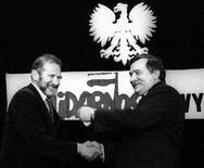 <p>Una foto d'archivio di Bronislaw Geremek (sinistra) con il capo del sindacato Solidarnosc Lech Walesa. REUTERS/Erazm Ciolek/Forum (POLAND)</p>