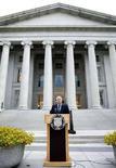 <p>Il segretario del Tesoro Usa Henry Paulson ha annunciato ieri il piano di aiuti per le agenzie governative di mutui Fannie Mae e Freddie Macnel corso di una conferenza stampa a Washington. REUTERS/Joshua Roberts</p>