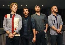 <p>Foto de archivo de la banda británica Coldplay mientras posan para fotógrafos en el lanzamiento de su disco 'Viva La Vida or Death and all his friends' en Barcelona, 17 jun 2008. El disco de Coldplay 'Viva la Vida or Death and All His Friends' se anotó su quinta semana en la cima de los más vendidos en Reino Unido, según la empresa oficial de listas británica. El último trabajo de Coldplay es el disco que más rápido se vendió del año con más de 600.000 unidades adquiridas desde su lanzamiento en junio y ha demostrado ser demasiado fuerte para dos pesos pesados como son 'Rockferry', de la cantante galesa Duffy, y 'Exclusive', del cantante de R&B Chris Brown. Photo by (C) ALBERT GEA / REUTERS/Reuters</p>