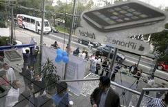 <p>Покупатели стоят в очереди за новым 3G iPhone, Мехико, 11 июля 2008 года . Один миллион новых моделей iPhone 3G был продан за первые выходные с начала продаж, сообщила компания Apple Inc в понедельник. (REUTERS/Daniel Aguilar)</p>