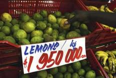 <p>Limões à venda no Zimibábue, onde a inflação chegou a 2,2 milhões por cento. A foto é de 21 de fevereiro de 2008. Photo by Philimon Bulawayo</p>