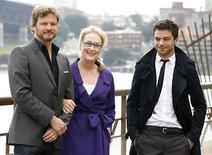 <p>La actriz estadounidense Meryl Streep (centro) posa con los actores británicos Colin Firth (izq) y Dominic Cooper durante una sesión de fotos por la película 'Mamma Mia!', en Sidney, 8 jul 2008. El musical basado en el grupo sueco Abba 'Mamma Mia!', encabezó la taquilla británica tres días después de su estreno, despojando a Will Smith del puesto número uno tras una semana, de acuerdo a Screen International. Con Meryl Streep (en la foto), Pierce Brosnan y Julie Walters desempolvando las viejas canciones, la cinta del musical del grupo obtuvo unas saludables 5,2 millones de libras esterlinas. Photo by (C) DANIEL MUNOZ / REUTERS/Reuters</p>