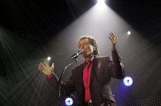 <p>Cliff Richard performs to launch his European tour in Helsinki March 13, 2007. REUTERS/Lehtikuva/Markku Ulander</p>
