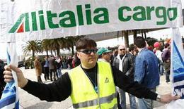 <p>Un lavoratore di Alitalia Cargo durante una manifestazione del marzo scorso. REUTERS/Tony Gentile</p>