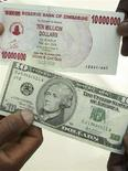 <p>Трейдер держит в руках банкноты достоинством в 10 долларов США (внизу) и 10.000.000 долларов Зимбабве, Хараре 21 февраля 2008 года. Уровень инфляции в Зимбабве достиг 2,2 миллиона процента в годовом исчислении, сообщил в среду глава центробанка страны Гидеон Гоно. (REUTERS/Philimon Bulawayo)</p>