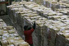 <p>Рабочий готовит к отправке товары со склада компании Amazon.com Inc. в городе Нью-Касл, штат Делавэр, 5 марта 2007 года. Компания Amazon.com Inc, занимающаяся продажей товаров через интернет, представит в четверг новый онлайн-видеомагазин Amazon Video on Demand, сообщила газета New York Times. (REUTERS/Tim Shaffer)</p>