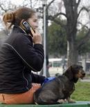 """<p>La Commission européenne annonce une opération """"coup de balai"""" sur les sites internet offrant des services de téléphonie mobile, tels que des sonneries et fonds d'écran, à la suite d'une enquête montrant que 80% d'entre eux présentaient des informations trompeuses. /Photo d'archives/REUTERS/Ivan Milutinovic</p>"""