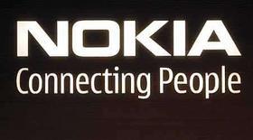 <p>El logo corporativo de la empresa finlandesa Nokia en sus oficinas generales de Helsinki (Foto de archivo), 9 jul 2008. Nokia, el mayor fabricante mundial de teléfonos móviles, reportó el jueves resultados del segundo trimestre apenas en línea con las expectativas, y dijo que era optimista con el resto del 2008, disipando los temores de que la crisis económica haya afectado la demanda. Nokia dijo que los volúmenes en la industria de telefonía móvil crecerán 10 por ciento o más en el 2008, habiendo previsto anteriormente un crecimiento alrededor del 10 por ciento. Photo by (C) BOB STRONG / REUTERS/Reuters</p>