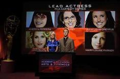 <p>La actriz Kristin Chenoweth y el actor Neil Patrick Harris anuncian nominadas al premio Emmy a la mejor actriz, en Los Angeles, California, EEUU, 17 jul 2008. Tres shows de tres canales de televisión por cable, 'Mad Men', 'Damages' y 'Dexter', recibieron el jueves nominaciones a los premios Emmy para mejor serie dramática, marcando un punto de quiebre en la competencia por los honores más altos de la televisión estadounidense. 'Mad Men' de la cadena AMC se centra en el mundo de la publicidad en la década de 1960; el drama legal 'Damages' de la cadena FX y protagonizada por Glenn Close; y el drama del asesino a serie 'Dexter' de Showtime son los primeros shows exclusivos para cable, además de HBO, en recibir nominaciones como mejor serie dramática. Photo by Phil Mccarten/Reuters</p>