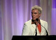 <p>El músico David Byrne acepta un premio en los premios Webby en Nueva York, 10 jun 2008. David Byrne (en la foto) emprenderá una gira este año en Estados Unidos, pero sin la compañía de Brian Eno. Aunque una de tres presentaciones anunciadas confirman la participación de Eno con el título 'Las canciones de David Byrne de los Talking Heads y el fundador de Roxy Music, Brian Eno', el representante de Byrne aseguró que Eno no formará parte de la gira. Photo by (C) ERIC THAYER / REUTERS/Reuters</p>