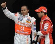 <p>Lewis Hamilton (a sinistra) festeggia la pole position in Germani accanto a Felipe Massa. REUTERS/Wolfgang Rattay</p>