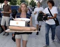 <p>Funcionária dos correios é seguida por papparazzi ao tentar entregar presentes para Angelina Jolie e Brad Pitt, que acabam de ter gêmeos em Nice. Photo by $Byline$</p>