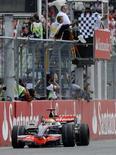 <p>Lewis Hamilton su McLaren festeggia la vittoria a Hockenheim. REUTERS/Wolfgang Rattay</p>