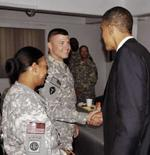 <p>Obama cumprimenta soldados norte-americanos em Cabul. Na segunda-feira, ele seguiu ao Iraque para se encontrar com miliatres e autoridades D. Photo by Reuters (Handout)</p>