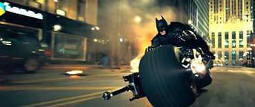 <p>El nuevo filme de Batman, 'The Dark Knight', destrozó el récord de taquilla para el primer fin de semana impuesto el año pasado por 'Spider-Man 3', al vender boletos por 155,3 millones de dólares en los primeros tres días desde su estreno en Estados Unidos y Canadá. Según informó el domingo la distribuidora Warner Bros, la esperada cinta, coprotagonizada por el fallecido actor Heath Ledger en el papel del Guasón, superó la marca de 151,1 millones de dólares de 'Spider-Man 3' durante su primer fin de semana en mayo del 2007. Photo by Reuters (Handout)</p>