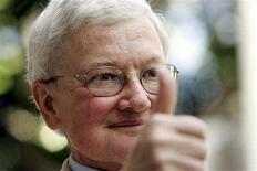 <p>Movie critic Roger Ebert gives the thumbs-up as he arrives at a ceremony to receive his star on the Hollywood Walk of Fame in Hollywood in this June 23, 2005 file photo. REUTERS/Mario Anzuoni/Files</p>
