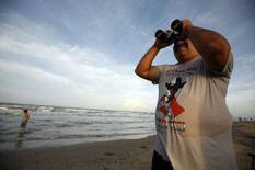 <p>Un turista scruta il cielo su una spiaggia messicana dove dovrebbe passare la tempesta Dolly REUTERS/Tomas Bravo</p>