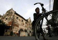"""<p>Un """"bici-taxi"""" in un antico quartiere di costruzione olandese a Giacarta (immagine d'archivio). REUTERS/Supri/Files (Indonesia)</p>"""