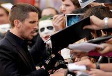 """<p>L'attore Christian Bale firma autografi durante la prima britannica di """"The Dark Knight"""" a Leicester Square, Londra, il 21 lulgio 2008. REUTERS/Toby Melville (Gb)</p>"""