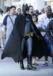 <p>Homem vestido de Batman espera na fila para abertuda da convenção Comic Con, em San Diego, dia 23 de julho. Os fãs de Batman, inspirados pelo mais recente filme protagonizado pelo herói, poderão combater ao lado dele e de outros super-heróis com o lançamento do primeiro jogo online para múltiplos jogadores licenciado para personagens de quadrinhos. Photo by Mike Blake</p>