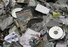 <p>Fotografía de archivo de CDs y DVDs de música, filmes y programas informáticos requisados de vendedores callejeros y tiendas en Bucarest, Rumanía, 4 mayo 2007. La industria de la música y de las películas en Reino Unido ha lanzado el jueves una ofensiva contra la piratería en Internet, logrando convencer a seis grandes proveedores para que envíen cartas a suscriptores sospechosos de intercambiar archivos de forma ilegal. Cerca de 6 millones de británicos intercambian archivos cada año y esta tendencia ha costado a la industria millones de euros. (Foto de archivo) Photo by (C) BOGDAN CRISTEL / REUTERS/Reuters</p>
