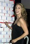 <p>Actress Elizabeth Berkley paints a portion of the Unity artworkas she attends the Art Heals benefit October 9, 2001 in Santa Monica. REUTERS/Rose Prouser</p>