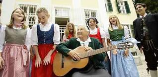 <p>Maria von Trapp toca la guitarra y canta con niños en la antigua casa de su familia Villa Trapp en Salzburgo, 24 jul 2008. Maria von Trapp visitó la antigua casa de su familia, un lugar que le trajo muchos recuerdos, antes de la inauguración de un nuevo hotel en la construcción. Para Maria, la segunda hija del Barón von Trapp y cuya familia escapó del régimen Nazi a fines de la década de 1930, regresar por primera vez a la casa fue una experiencia conmovedora. La historia de los von Trapp se hizo famosa en la película 'La Novicia Rebelde' ('The Sound of Music'). Photo by Leonhard Foeger/Reuters</p>