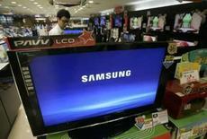 <p>Um funcionário checa o televisor da Samsung em loja em Seoul, dia 25 de julho. A Samsung Electronics divulgou nesta sexta-feira um lucro trimestral abaixo do esperado e vê no segundo semestre um mercado fraco para chips de memória e margens menores em vendas de celulares e telas planas. Photo by Jo Yong-Hak</p>