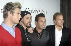 <p>Foto de archivo del grupo pop Backstreet Boys (izq-der) Nick Carter, A.J. McLean, Howie Dorough y Brian Littrell en un evento en Londres, 15 oct 2007. Los integrantes de la banda pop Backstreet Boys Howie Dorough y A.J. McLean continúan trabajando en sus primeros proyectos como solistas, aún cuando el grupo ha comenzado a desarrollar su sexto álbum de estudio. Dorough dijo a Billboard.com que 'A.J. casi ha terminado' con su álbum, mientras Dorough está 'probablemente a mitad de camino'. Photo by (C) REUTERS PHOTOGRAPHER / REUTERS/Reuters</p>