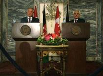 <p>Canadian Foreign Minister David Emerson (L) speaks as his Afghan counterpart Rangeen Dadfar Spanta listens during a news conference in Kabul July 26, 2008. REUTERS/Ahmad Masood</p>