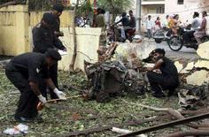 <p>Члены гвардии национальной безопасности изучают место взрыва в Ахмедабаде. Крупные города Индии встревожены после того, как по меньшей мере 46 человек погибли за последние два дня в результате взрывов бомб. (REUTERS/Amit Dave)</p>