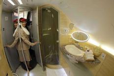 <p>Il bagno dell'Airbus A380 dove i passeggeri potranno farsi la doccia ad alta quota. REUTERS/Tobias Schwarz (GERMANY)</p>