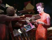 <p>La actriz estadounidense Maggie Gyllenhaal firma autógrafos en el estreno de 'The Dark Knight' en Tokio, 28 jul 2008. Batman enterró el domingo a sus rivales en la taquilla norteamericana por segundo fin de semana, superando los 300 millones de dólares en un récord de 10 días. Las ventas de 'The Dark Knight' ascendieron a un estimado de 75,6 millones de dólares en entradas durante los tres días que comenzaron el viernes, llevando su total a 314,2 millones de dólares, dijo la distribuidora Warner Bros. Pictures. Photo by Michael Caronna/Reuters</p>