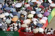 <p>Ingressos já estão esgotados para os Jogos de Pequim. Pessoas formam fila para compra de ingressos em imagem do dia 25 de julho. Os ingressos para as provas olímpicas na cidade-sede dos Jogos, Pequim, já estão esgotados, disseram os organizadores. 25 de julho. Photo by Aly Song</p>