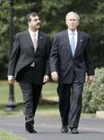 <p>O presidente norte-americano George W. Bush (dir) caminha com o primeiro ministro paquistanês Syed Yousuf Raza Gilani na Casa Branca, em Washington, dia 28 de julho. Bush autorizou na segunda-feira a execução do soldado Ronald Gray, condenado por estupro e homicídio em 1988. É a primeira vez em 51 anos que a Casa Branca autoriza a execução de um militar. Photo by Larry Downing</p>