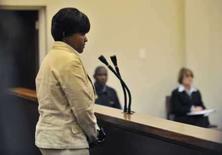 <p>Virginia Mokgobo, ex-inspetora da escola da apresentadora norte-americana Oprah Winfrey, durante depoimento na corte de Sebokeng, em Johanesburgo. Acusada de cometer abusos na escola de Oprah na África do Sul, Mokgobo declarou que é inocente. Photo by Reuters</p>
