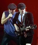 <p>AC/DC se embarcará en octubre en una gira mundial durante 18 meses, la primera de la banda de rock desde 2000/2001, dijo el agente del grupo. Rob Light, director de Creative Artists Agency, no reveló más detalles sobre la iniciativa, que promocionará el nuevo álbum del grupo, exclusivo de la tienda Wal-Mart. Photo by (C) REUTERS PHOTOGRAPHER / REUTERS/Reuters  lead singer Brian Johnson (L) play during the band's concert at the Hammersmith Apollo, London, October 21, 2003. The rock legends are staging a one-off concert to officially open the relaunched venue. REUTERS/Toby Melville TM/MD</p>