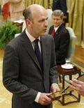 <p>Michael Fortier (L) is sworn in as Canada's International Trade Minister while Prime Minister Stephen Harper watches during a ceremony at Rideau Hall in Ottawa June 25, 2008. REUTERS/Chris Wattie</p>