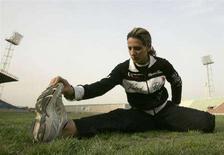 <p>L'atleta irachena Dana Abdul-Razzaq si allena allo stadio di al-Shaab a Baghdad. REUTERS/Thaier al-Sudani</p>