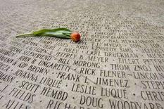 <p>Un tulipano deposto sul memoriale nazionale per le vittime di Aids a San Francisco, in California. REUTERS/Kimberly White (UNITED STATES)</p>
