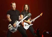 <p>Foto de archivo del vocalista James Hetfield (izq) y el guitarrista Kirk Hammett de la banda Metallica en Los Angeles, 14 mayo 2008. La banda de rock Metallica anunció que ofrecerá una serie de conciertos exclusivos para los miembros de su club de fans en Berlín, el 12 de septiembre, y en Londres, el 15 de septiembre, en el marco de la promoción de su último disco. Los detalles sobre el lugar de los conciertos y la disponibilidad de entradas no se especificaban en los correos electrónicos a los socios. Photo by (C) MARIO ANZUONI / REUTERS/Reuters</p>